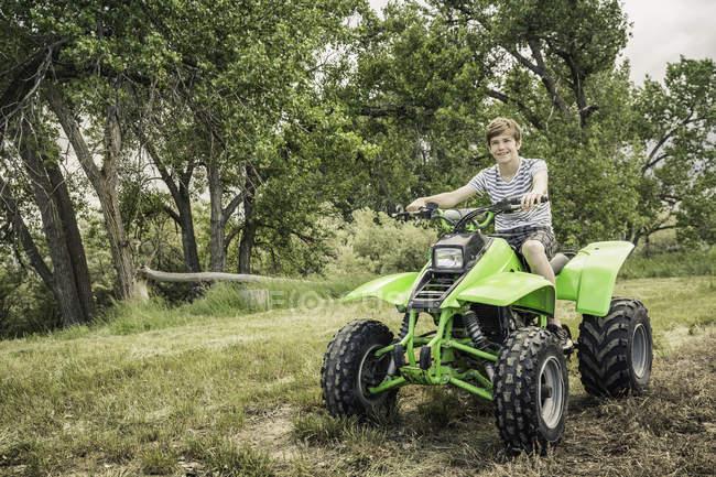 Porträt des jungen Mannes mit Quad Fahrrad in Feld — Stockfoto
