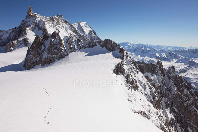 Snowcapped Mont Blanc with distant hikers, Helbronner, Chamonix, Italy — Stock Photo