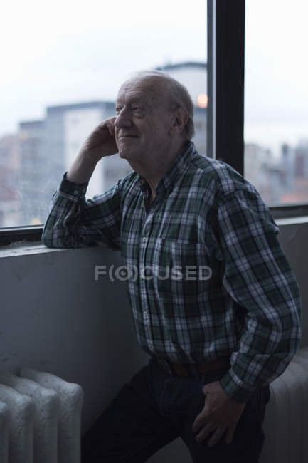 Man looking out of window and smiling, Manhattan, New York, USA — Stock Photo