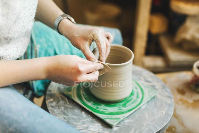 Weibliche Hände Töpftopf — Stockfoto
