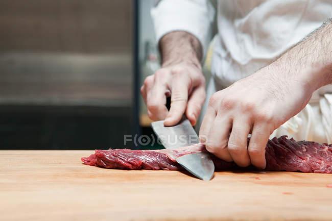 Immagine ritagliata di Macellaio preparare filetto di manzo — Foto stock