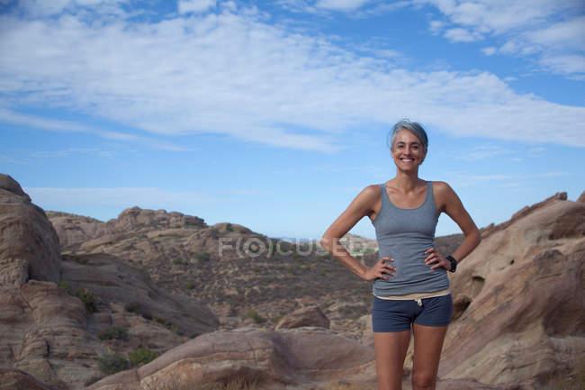 Femme debout à Vazquez Rocks avec les mains sur les hanches — Photo de stock