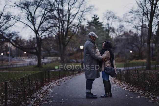 Casal feliz romântico desfrutando da cidade durante as férias de inverno no parque — Fotografia de Stock