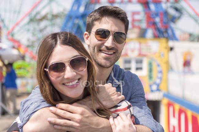 Romantisches zeitgenössisches Paar beim Umarmen im Vergnügungspark — Stockfoto