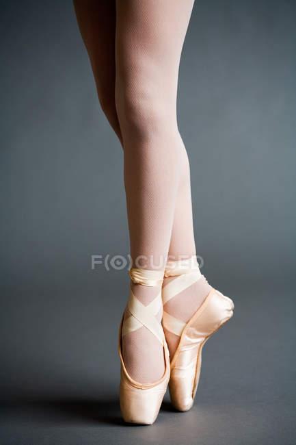 Pieds de ballerine portant des chaussures de pointe — Photo de stock