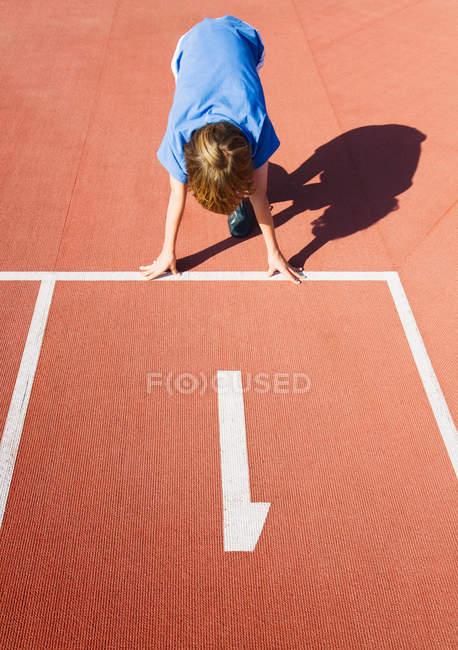 Мальчик в гонке трек начать позиции — стоковое фото