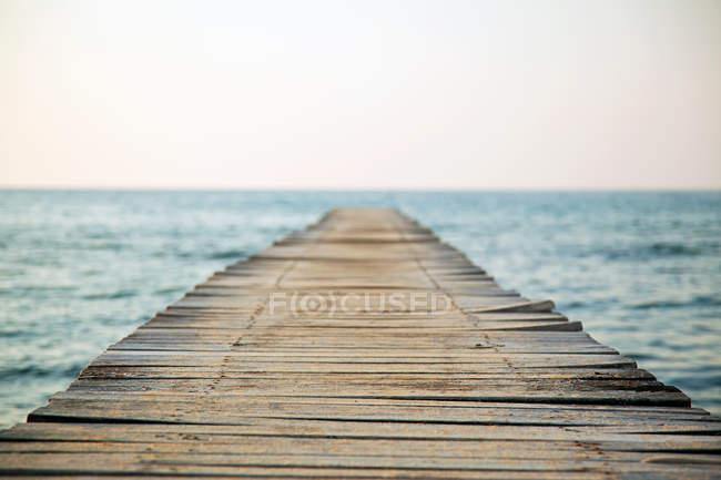 Порожній дерев'яний причал і затуманений морський пейзаж — стокове фото