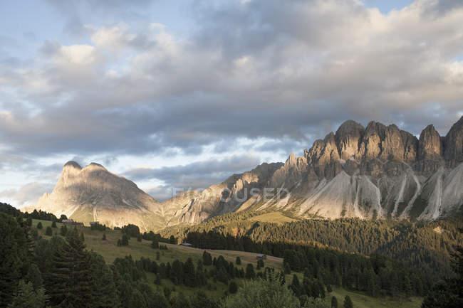 Vista de Langkofel y Geislerspitzen, Brixen, Dolomitas, Austria - foto de stock