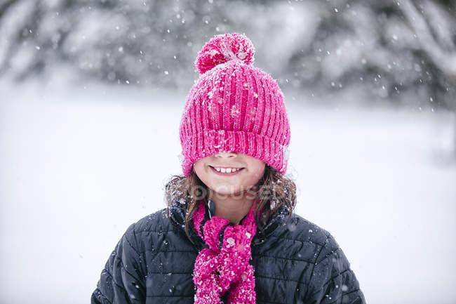 Menina com chapéu de malha rosa puxado sobre os olhos — Fotografia de Stock