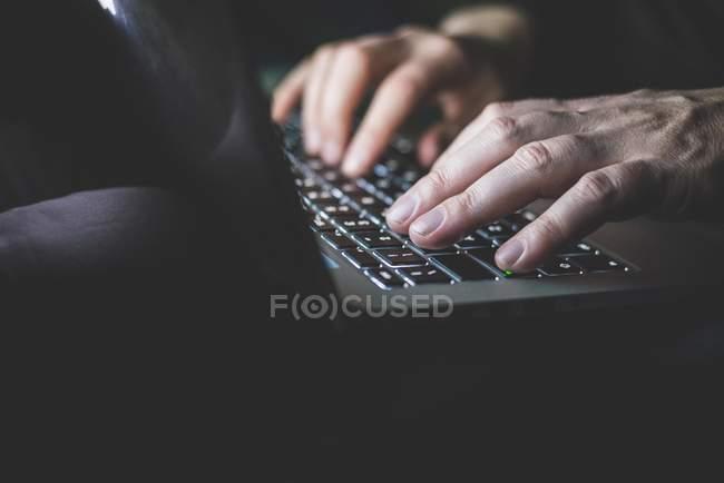 Hombre maduro usando el ordenador portátil, centrarse en las manos - foto de stock