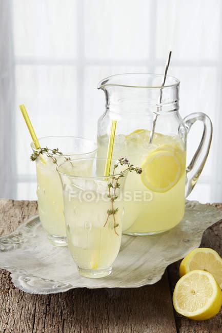 Ігристе лимонад чебрецю — стокове фото