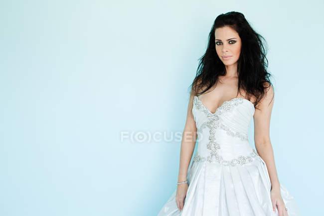 Jeune femme portant la robe de mariée blanche, studio shot — Photo de stock