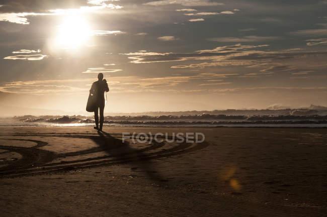 Vista posteriore della silhouette del subacqueo sulla sabbia, Wild Coast, Sud Africa — Foto stock
