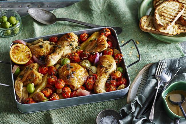 Spanische Paprika-Huhn mit Tomaten überbacken — Stockfoto