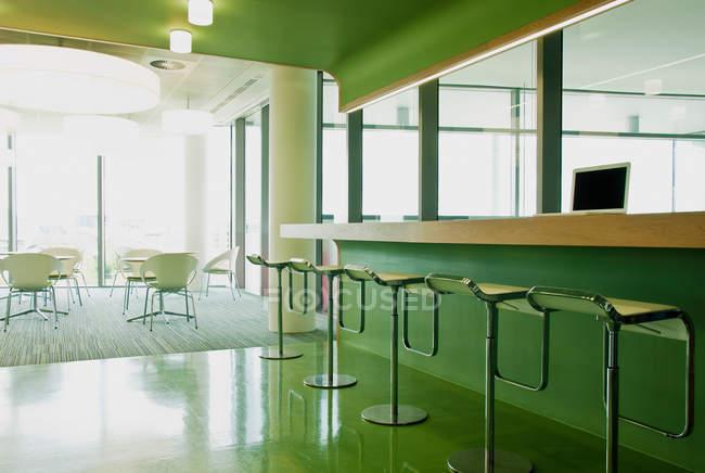 Табурети і стільці в порожній офісний блок — стокове фото
