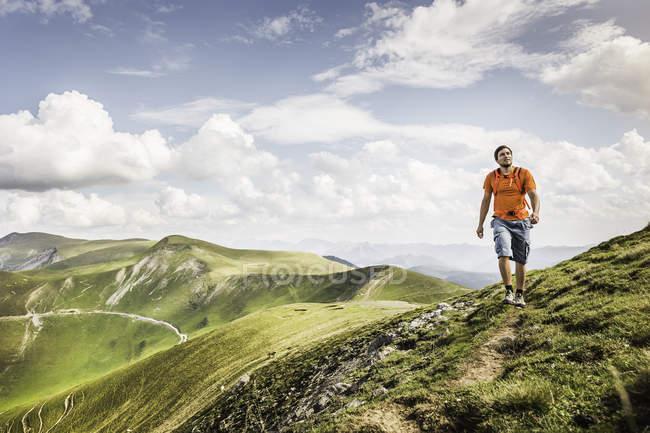 Юнак походів на шляху,-Сен-Мішель, Піренеях, Франція (поблизу Іспано-Французьке межі) — стокове фото