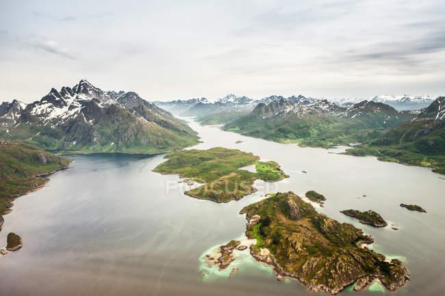 Вид на горы и озеро — стоковое фото