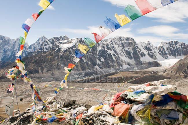 Vista delle bandiere di preghiera e il Monte everest — Foto stock