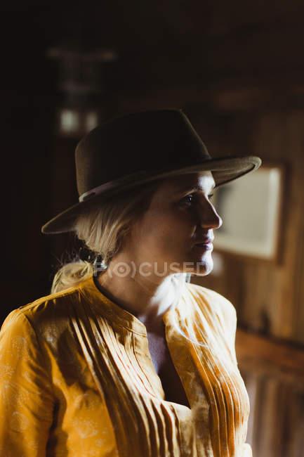 Porträt einer Frau in der Kabine mit Cowboyhut — Stockfoto