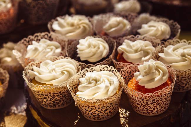 Decoración de cupcakes en placa - foto de stock
