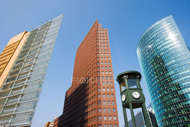 Torre dell'orologio ed edifici moderni — Foto stock