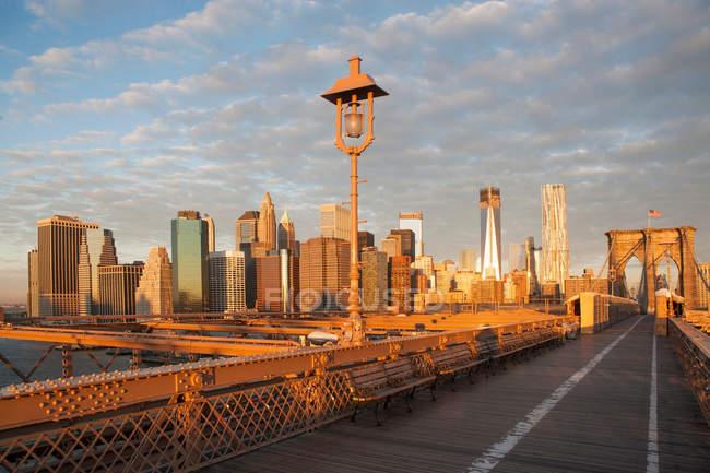 Pont de Brooklyn et horizon de la ville — Photo de stock
