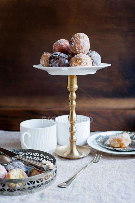 Sobremesas em placas na tabela — Fotografia de Stock