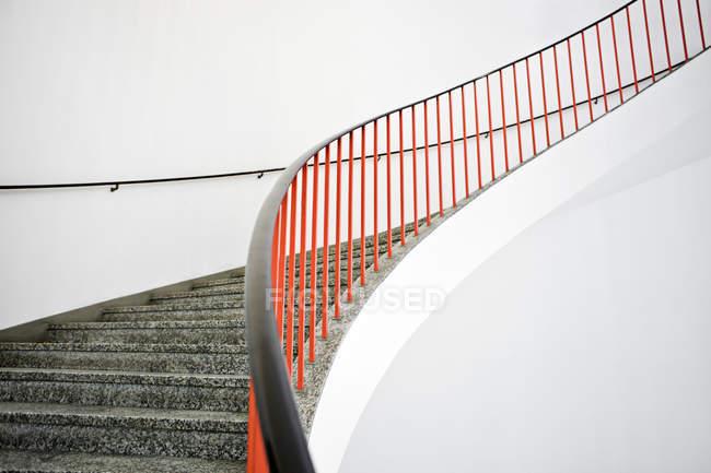 Внутрішній вигляд вигнуті сходи з червоним балюстраді — стокове фото