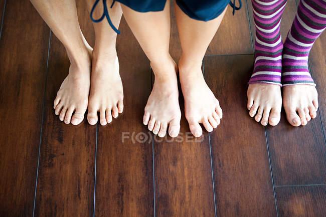 Drei Frauen auf Holzboden stehend, niedriger Querschnitt — Stockfoto