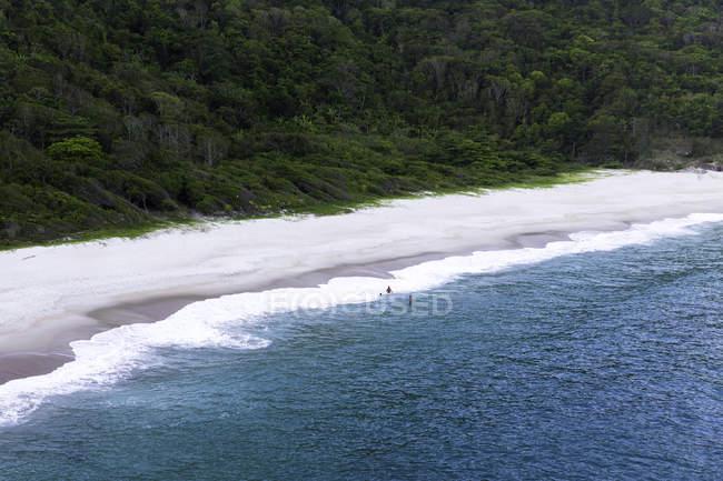 Vista de alto ângulo da Praia Funda e mar azul, Guaratiba, Rio De Janeiro, Brasil — Fotografia de Stock