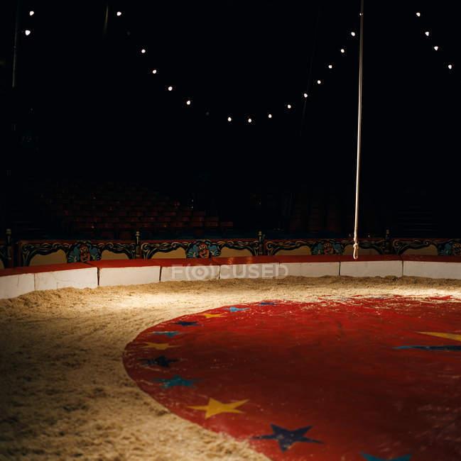 Освещенная цирк пустой сцене и шлюзе — стоковое фото