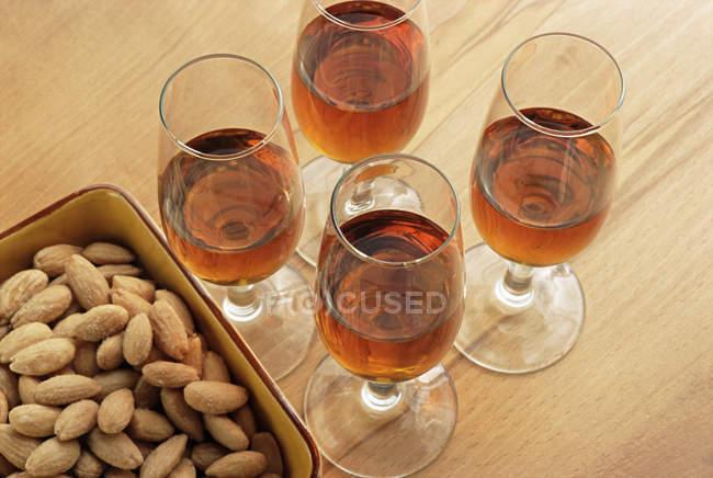 Окуляри Шеррі і мигдаль в блюдо на стіл — стокове фото