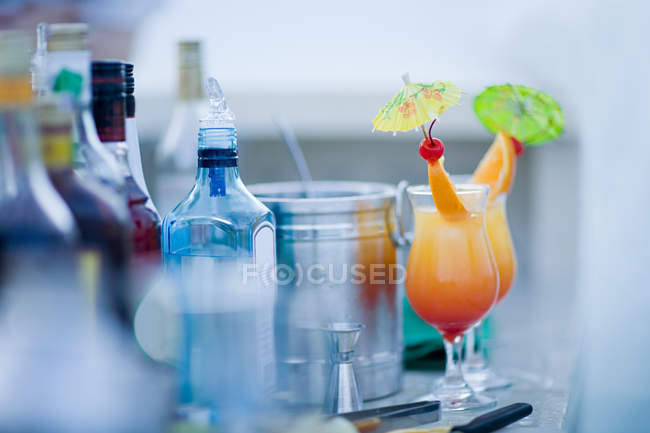 Alkoholische Cocktails mit orange Stücke — Stockfoto