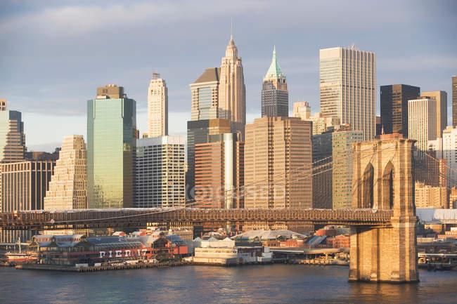 New York City skyline and bridge in bright sunlight — Stock Photo
