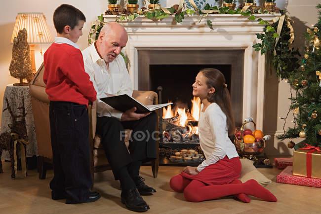 Grand-père raconter une histoire aux enfants — Photo de stock