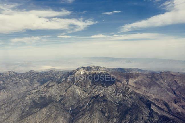 Luftaufnahme der felsigen Berge unter blauem bewölkten Himmel — Stockfoto