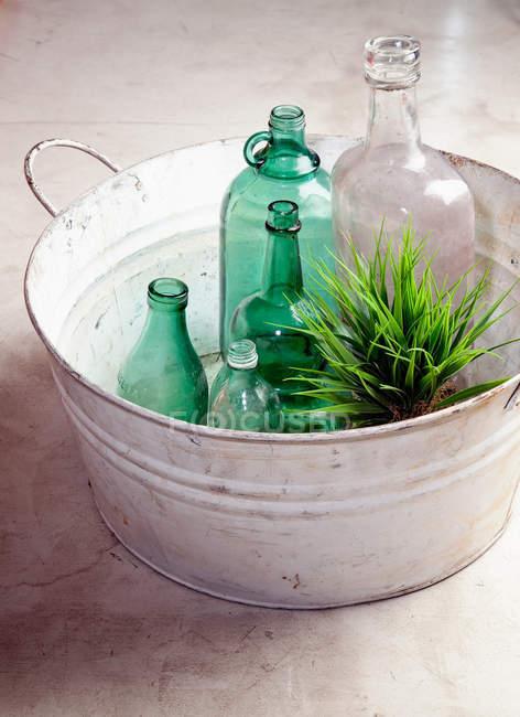 Bottiglie e impianto in vasca — Foto stock