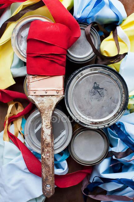 Nature morte de pinceau et multi couleurs textiles — Photo de stock
