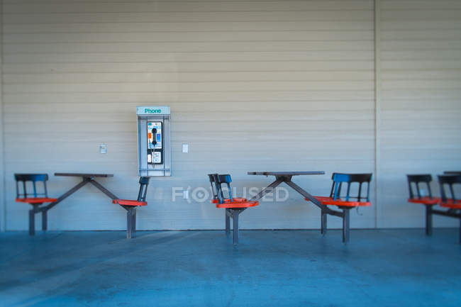 Empty tables at sidewalk cafe building — Stock Photo