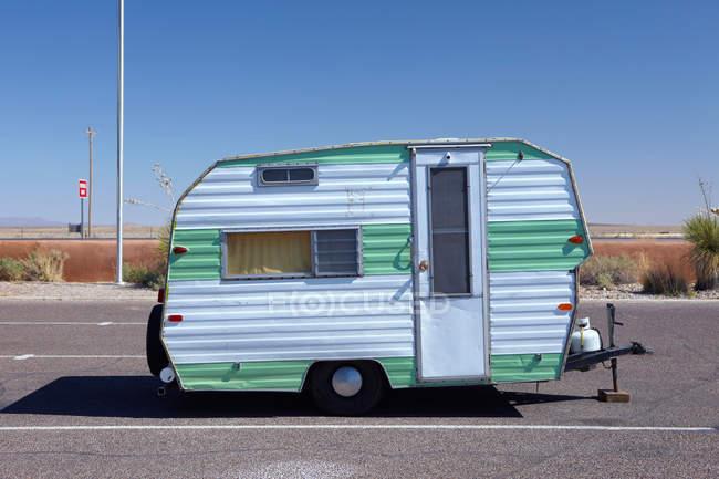 Caravana de vindima estacionária na luz solar brilhante — Fotografia de Stock