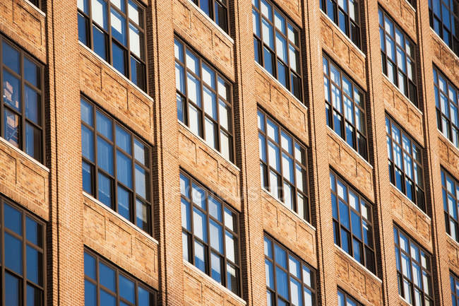 Vecchio edificio ufficio marrone — Foto stock