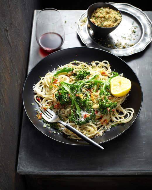Блюдо макароны с брокколи и лимонным половина — стоковое фото