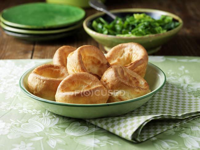 Puddings yorkshire dans un bol vert vintage — Photo de stock