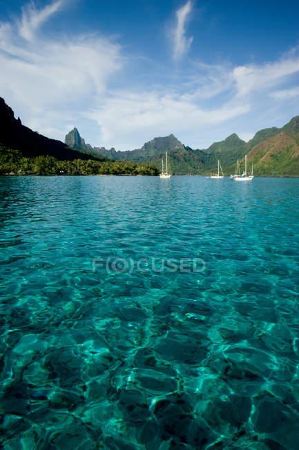 Vista distante de Veleiros na lagoa da ilha — Fotografia de Stock