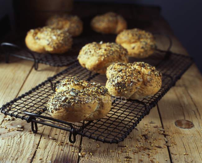Rulli di pane seminato annodato sulla cremagliera di raffreddamento — Foto stock