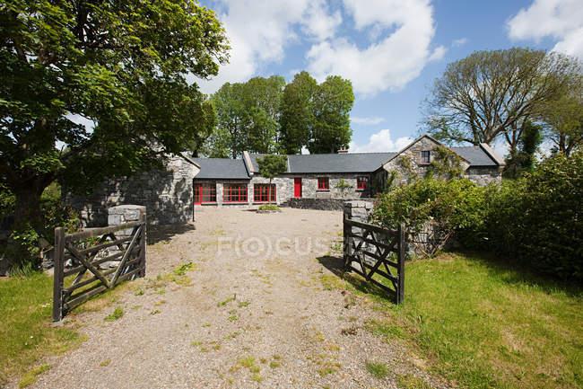 Exterior of rural Irish cottage — Stock Photo
