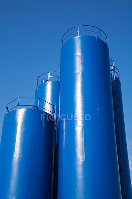Réservoir de stockage chimique bleu sous le ciel clair — Photo de stock