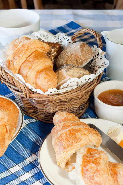 Fresh baked croissants and pastries on table — Stock Photo