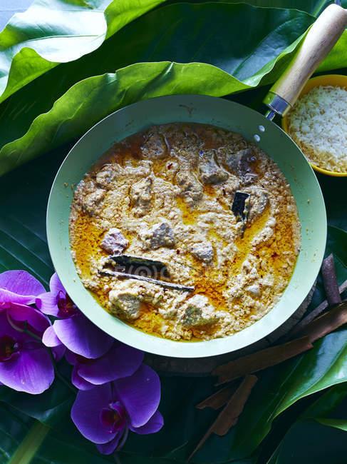 Stillleben mit thailändischen Massaman Curry und Schüssel mit Reis — Stockfoto
