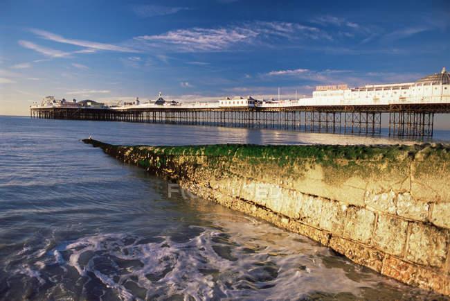 Vue panoramique de la jetée de Brighton au coucher du soleil — Photo de stock